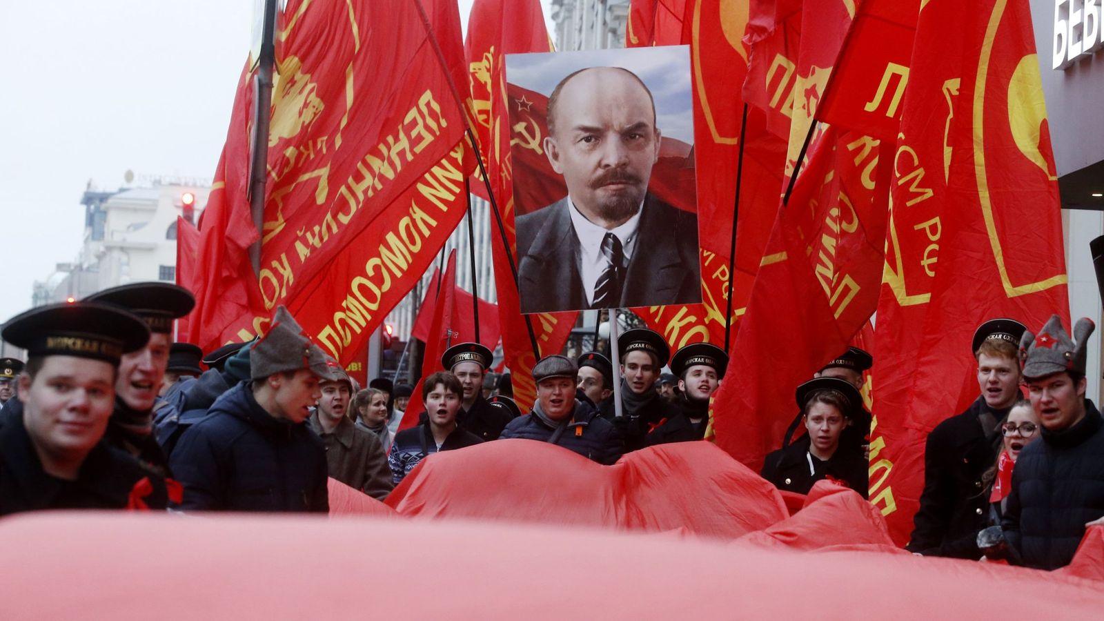 Foto: Miembros de las juventudes comunistas rusas marchan durante un acto que conmemora el centenario de la Revolución bolchevique en Moscú. (EFE)