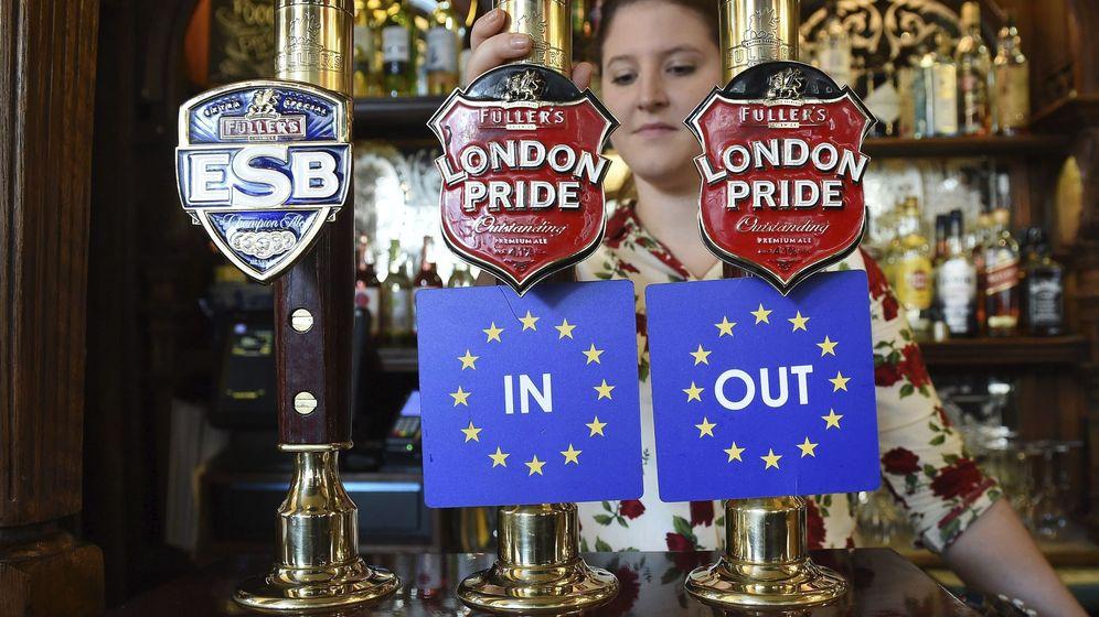 Foto: Barra de un bar en Londres con las dos opciones del referéndum Brexit (Efe)