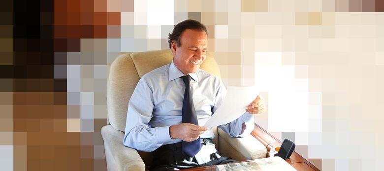 Foto: Julio Iglesias en su legendario avión privado.