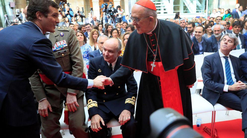 Foto: Pablo Casado saluda al arzobispo de Madrid, Carlos Osoro, en presencia del expresidente de la Comunidad de Madrid Ángel Garrido durante los actos del Dos de Mayo. (EFE)