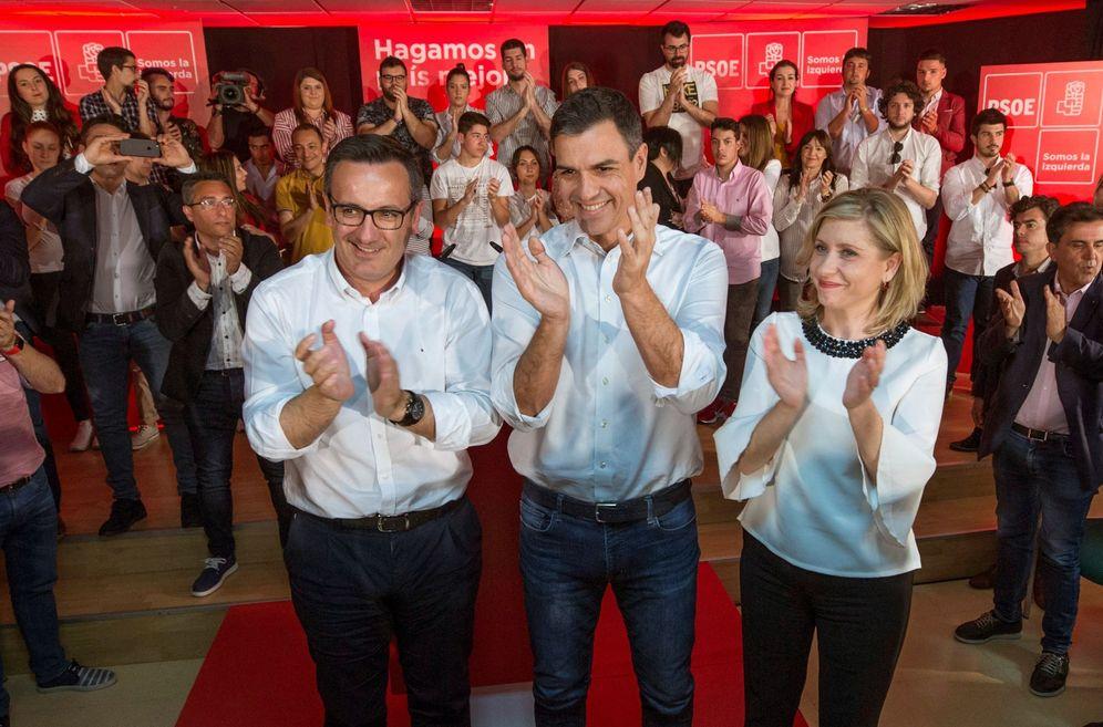 Foto: Pedro Sánchez, junto con Diego Conesa (i), líder del PSOE murciano, y Esther Clavero, alcaldesa de Molina de Segura, este 29 de abril en esa localidad. (EFE)