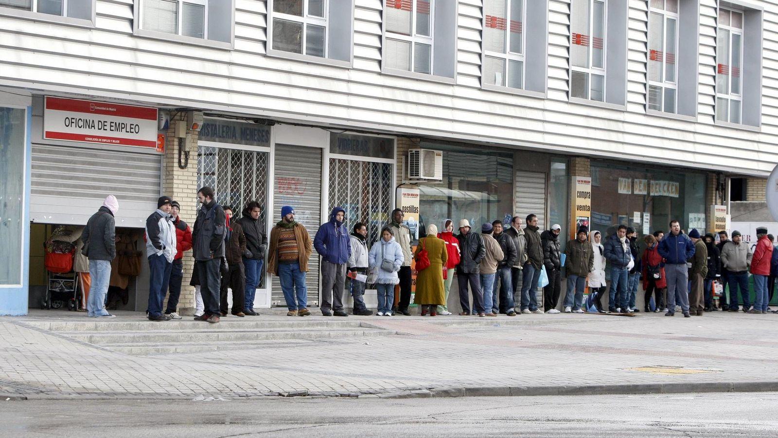 Foto: Un grupo de personas hace cola frente al INEM (Efe)