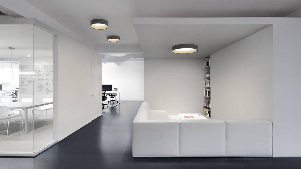 Foto: La lámpara 'Duo', en su versión circular es perfecta para oficinas. Se realiza también en roble y metal con luz led.