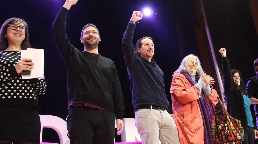 Foto: Pablo Iglesias, junto al secretario general de Podem, Albano Dante, y las dirigentes catalanas Noelia Bail (izq.) y Angels Martínez. (EFE)