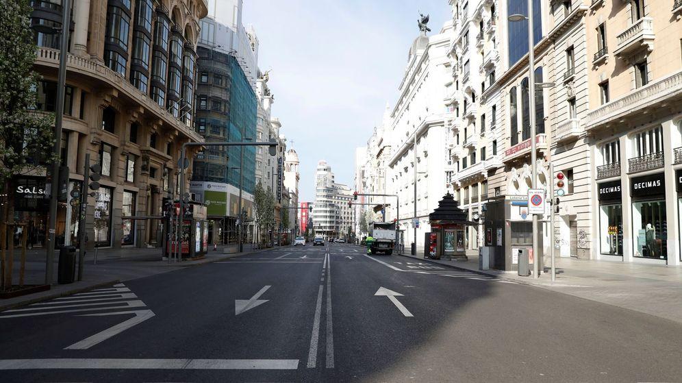 Foto: Imagen de la Gran Vía de Madrid vacía este domingo. (EFE)