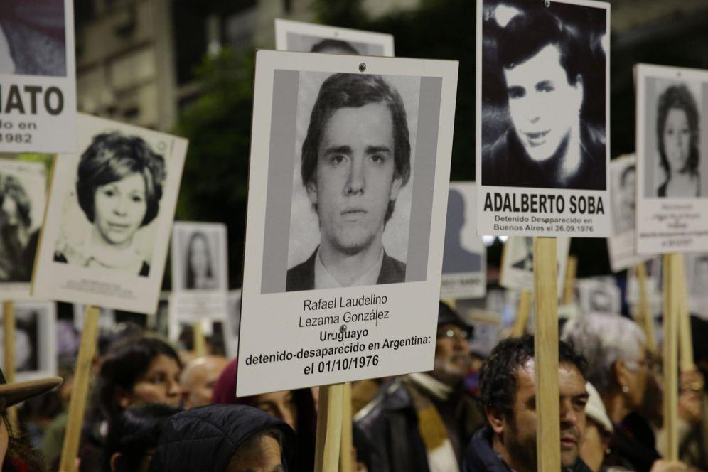 Foto: Manifestantes portan fotografías de detenidos desaparecidos durante la dictadura en una marcha en Montevideo. (EFE)
