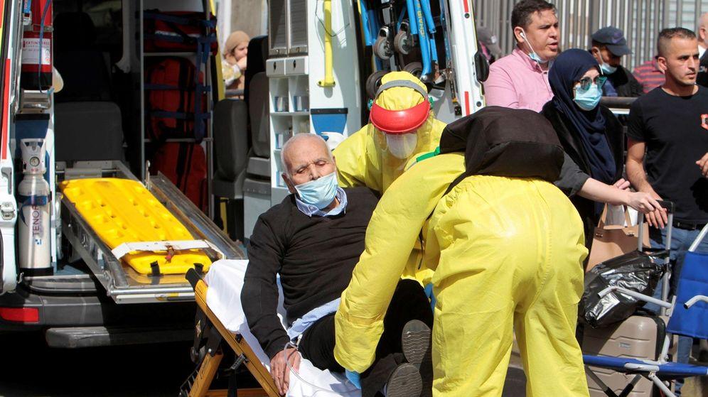 Foto: Un hombre es trasladado en ambulancia en Melilla. (EFE)