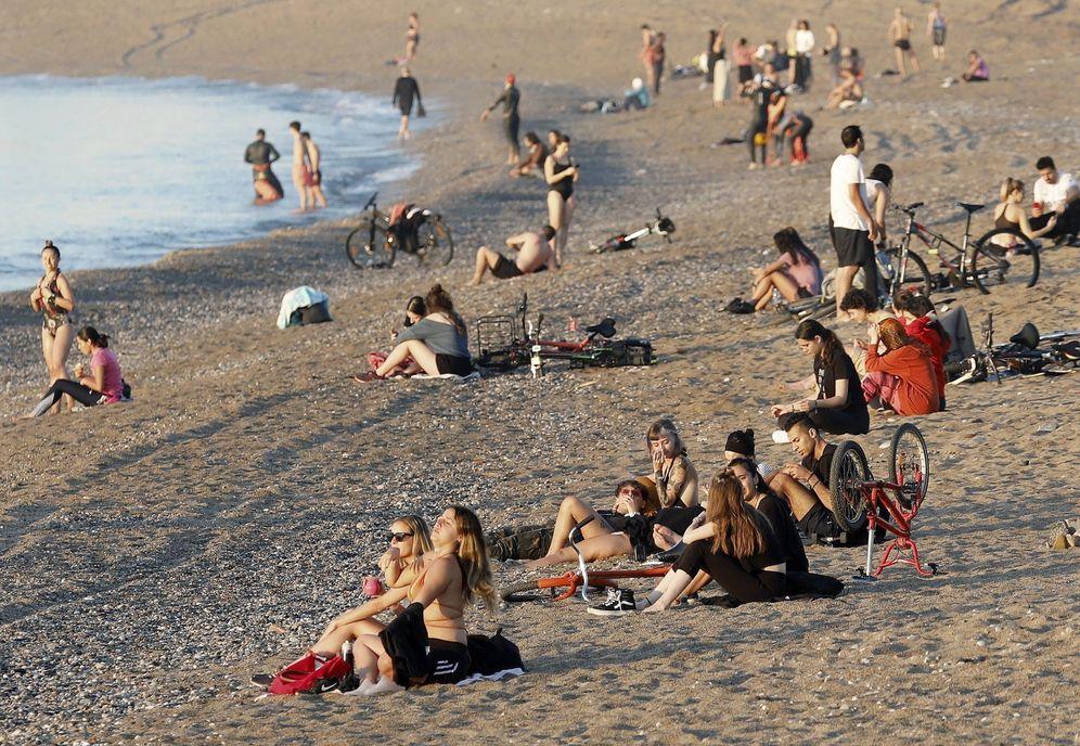 Foto: Ambiente en la playa de la Barceloneta, en la capital catalana, este 21 de mayo. (EFE)