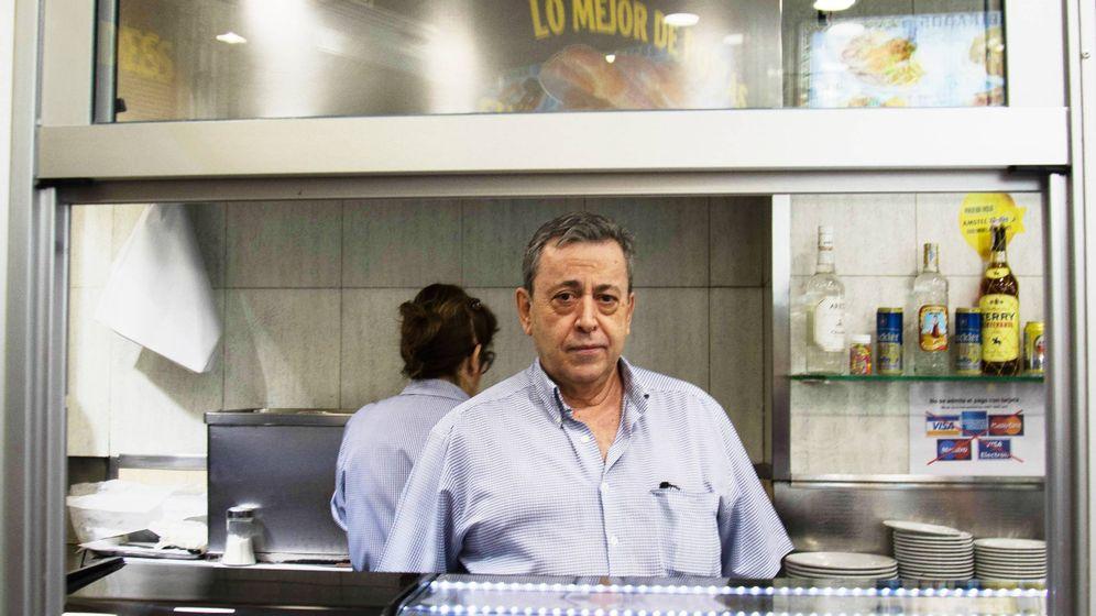 Foto:  Antonio, al frente del Bar Postas y a medio camino entre la Plaza Mayor y la Puerta del Sol. (A.G.)