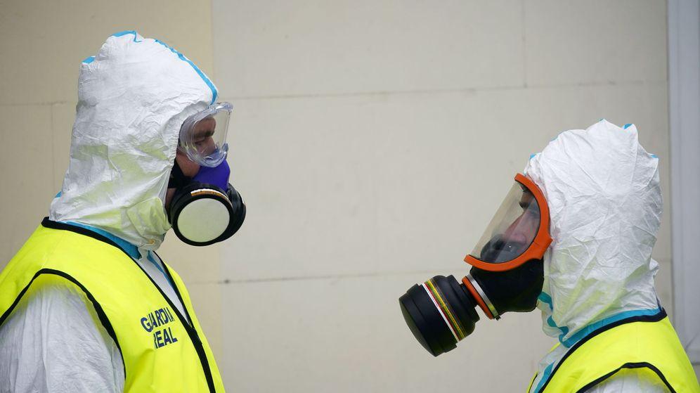 Foto: Labores de desinfección de los miembros de la Guardia Real, a la salida de un hospital madrileño. (Reuters)
