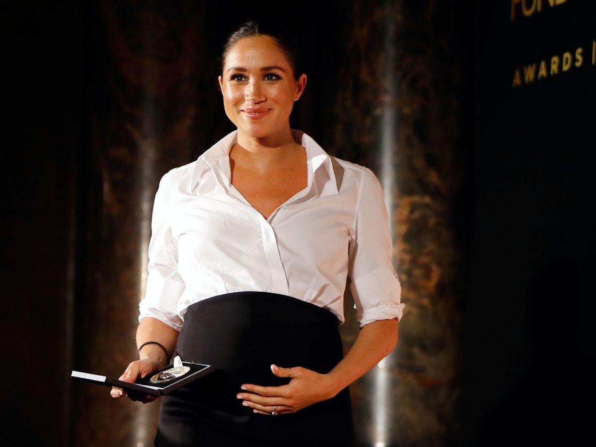 Foto: Meghan Markle con la infalible combinación de camisa blanca y falda negra. (Reuters)