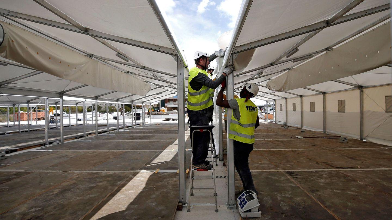 Obras del hospital de campaña junto al Hospital La Fe de Valencia. (EFE)