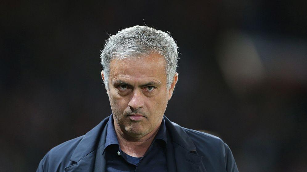 Foto: Mourinho, con mirada y gesto serio, durante un partido con el Manchester United. (EFE)