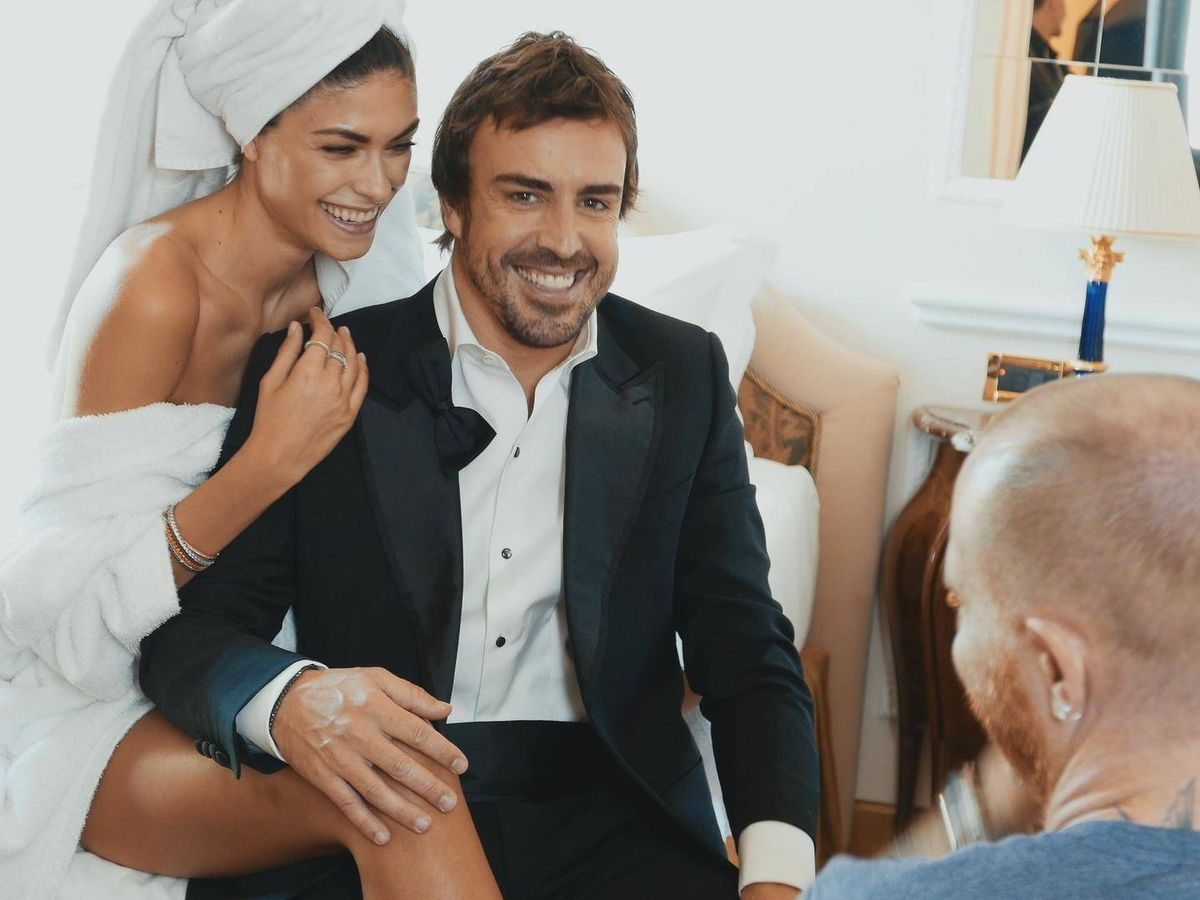 Foto: Fernando Alonso, sonriente con su novia. (Amazon Prime)