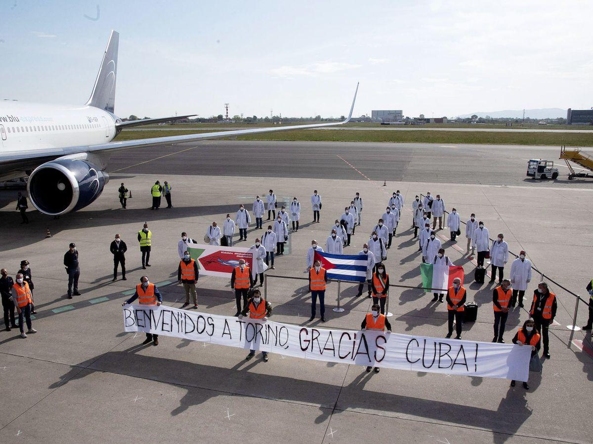 Foto: Llegada de un equipo de médicos cubanos a Turín. (EFE)