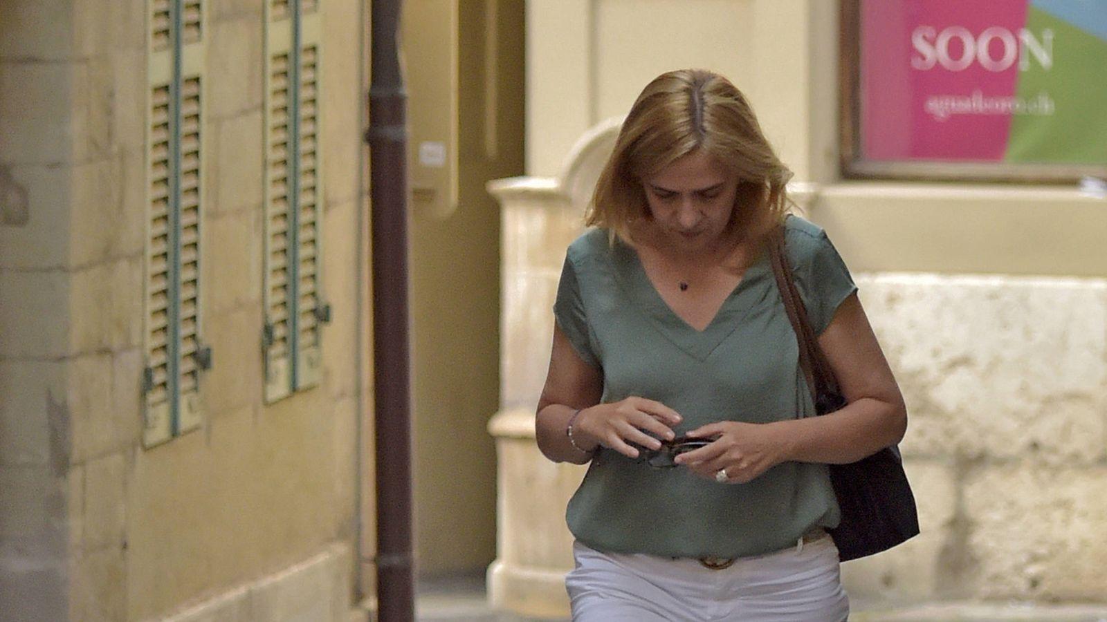 Foto: La infanta Cristina, caminando por las calles cercanas a su casa. (Gtres)
