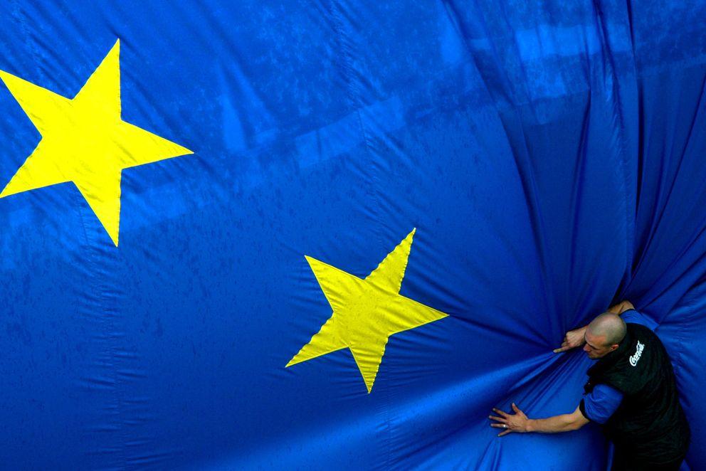 Un trabajador coloca una enorme bandera de la UE en Jubilee Park, Bruselas (Reuters).