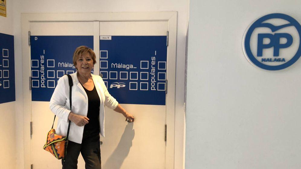 Foto: Celia Villalobos, esta mañana, antes de votar en la sede del PP de Málaga (Agustín Rivera).