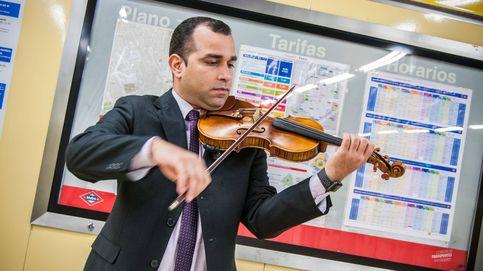 De petrolero a violinista en el metro: los refugiados venezolanos en Madrid