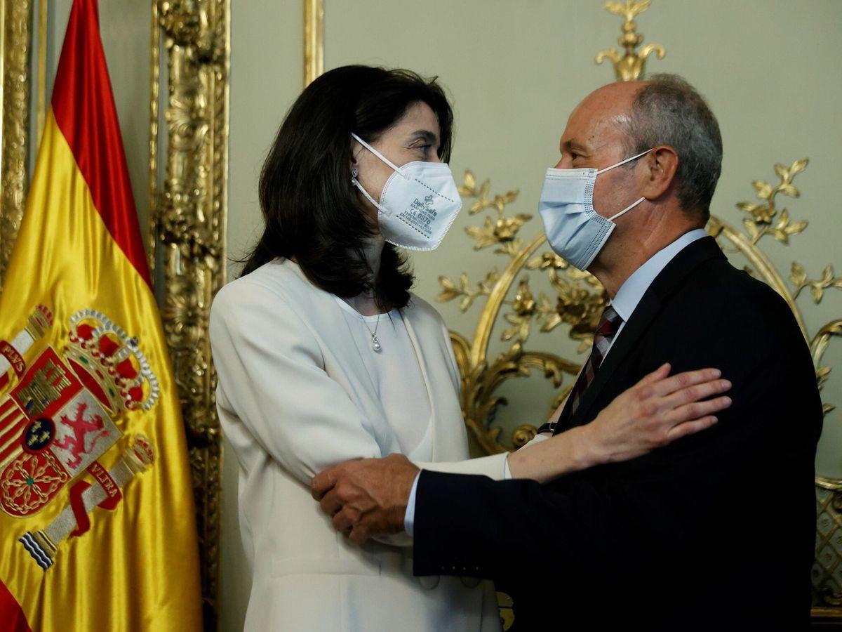 Foto: La nueva ministra de Justicia, Pilar Llop, tras recibir la cartera ministerial de manos de su antecesor en el cargo, Juan Carlos Campo. (EFE)