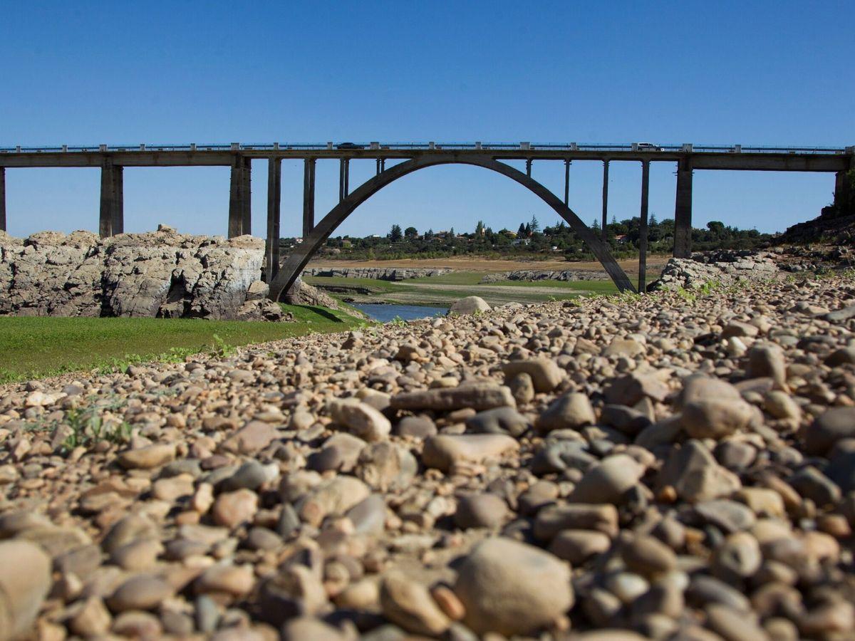 Foto: El embalse de Ricobayo (Zamora), vacío. (EFE)