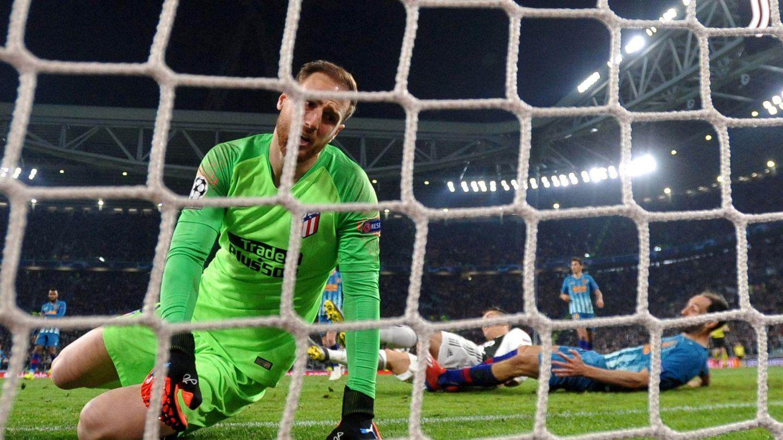 Oblak ve como el balón entra en su marco durante el último partido de Champions contra la Juve. (EFE)