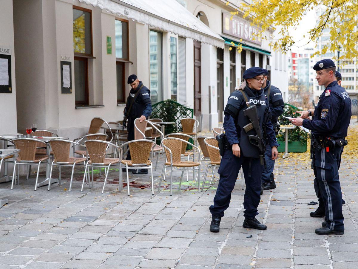 Foto: Policía austriaca en la terraza donde se perpetró el atentado. (Reuters)