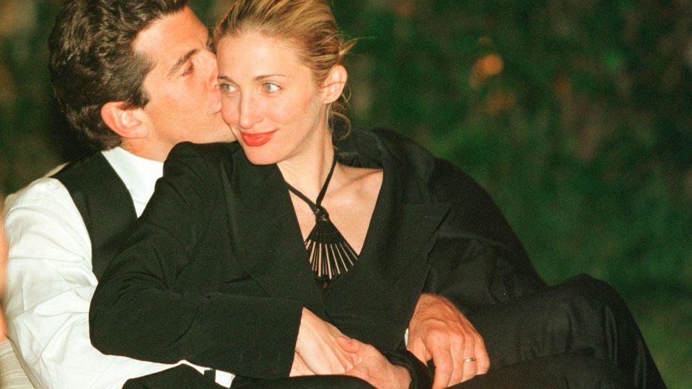 Foto: John John Kennedy besa cariñosamente a su mujer Carolyn. (Getty)
