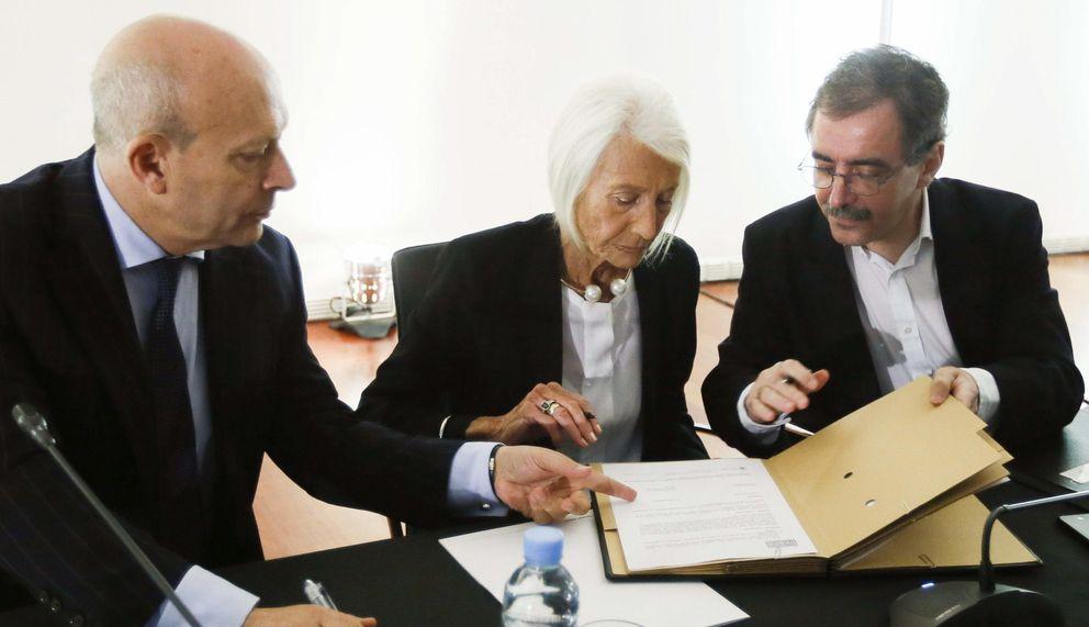 Foto: El ministro de Educación, Cultura y Deporte, José Ignacio Wert, la galerista Soledad Lorenzo y el el director del Reina Sofía, Manuel Borja-Villel, firman el contrato de cesión. (EFE)