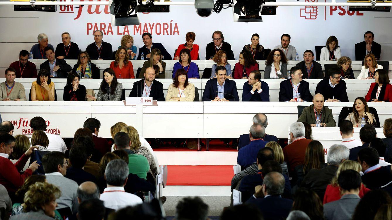 Foto: Pedro Sánchez con su ejecutiva, en la última reunión del comité federal, este 28 de diciembre en Ferraz. (EFE)