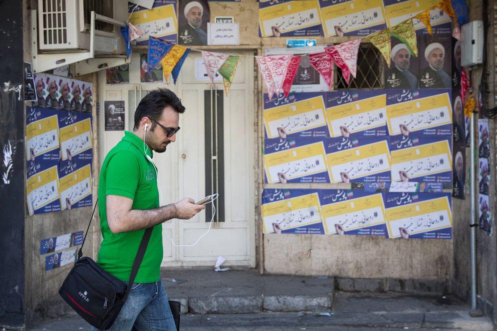 Foto: Un iraní sigue en su smartphone las noticias sobre las elecciones, en Teherán. (Reuters)