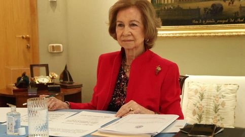 La reina Sofía, al rescate: sin mascarilla y de rojo para su reaparición tras los escándalos
