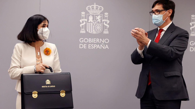 La nueva ministra de Sanidad, Carolina Darias, y su predecesor, Salvador Illa. (EFE)
