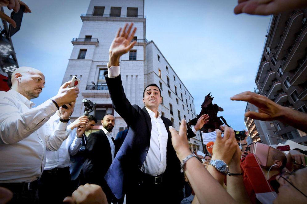 Foto: El líder del Movimiento 5 estrellas, Luigi Di Maio (c), saluda a partidarios durante un evento este martes 29 de mayo de 2018, en Nápoles. (EFE)