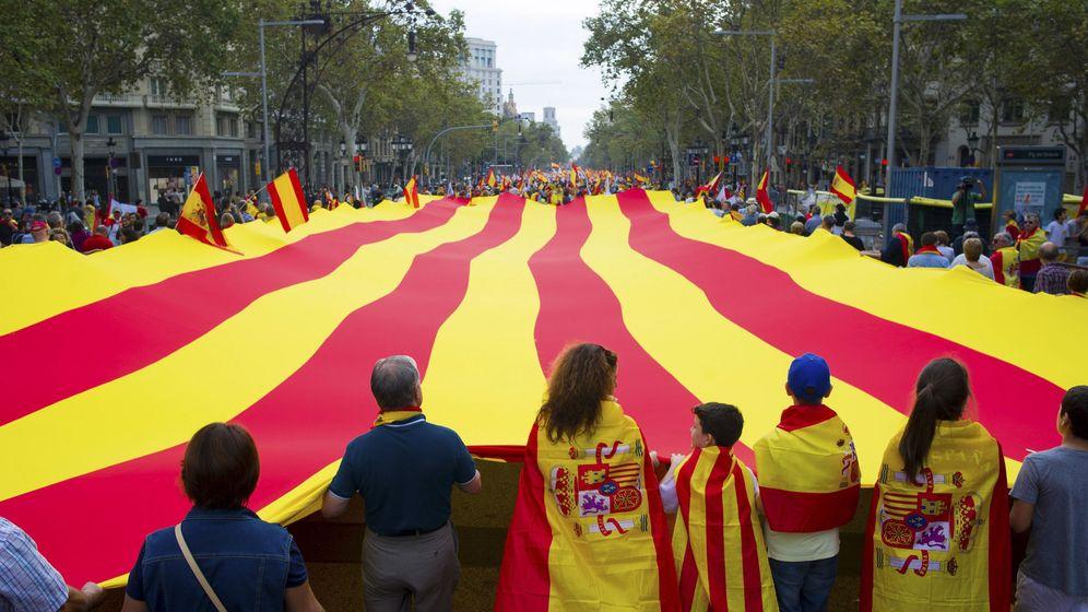 Foto: Manifestación convocada por Societat Civil Catalana bajo el lema 'Cataluña sí, España también'. (EFE)