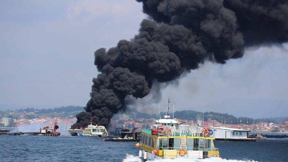 Foto: Incendio del catamarán. (112 Galicia)