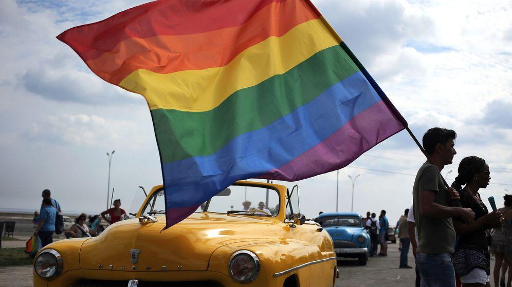 Foto: Un grupo de personas sostiene una bandera de la comunidad LGTBI en La Habana (Cuba). (EFE)