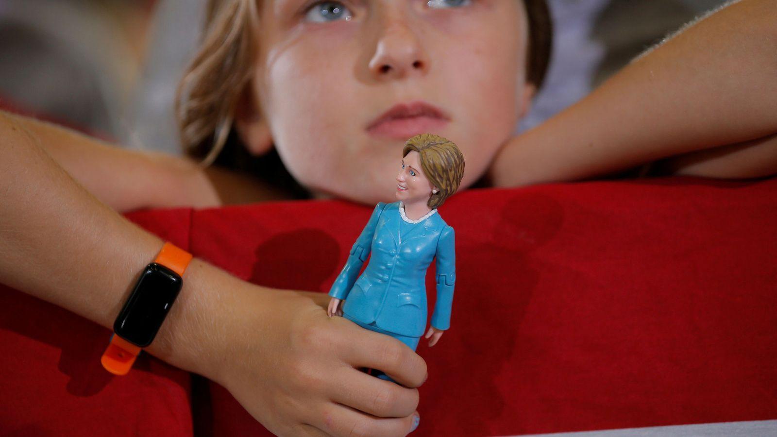 Foto: Una niña de 9 años sostiene un muñeco de Hillary Clinton durante un mitin demócrata en Akron, Ohio, en octubre de 2016 (Reuters)