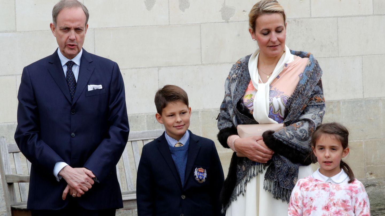 El conde de París, con su mujer y dos de sus hijos. (Reuters)