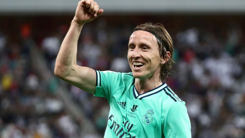 Foto: Luka Modric celebra un gol marcado al Valencia en la Supercopa de España. (Efe)