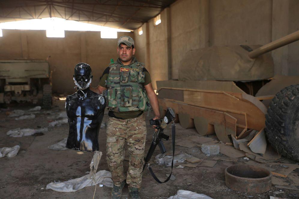 Foto: Un soldado iraquí muestra un maniquí ante un tanque de madera en Bawiza, al norte de Mosul (Reuters).