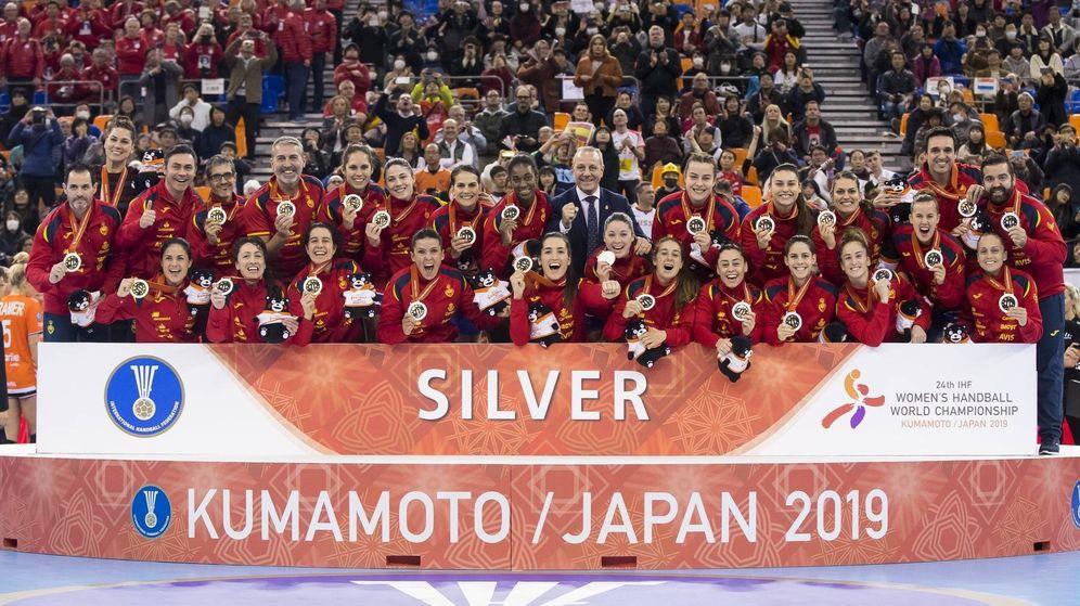 Foto: La Selección española posa con la medalla de plata del Mundial de balonmano. (Foto: RFEBM)