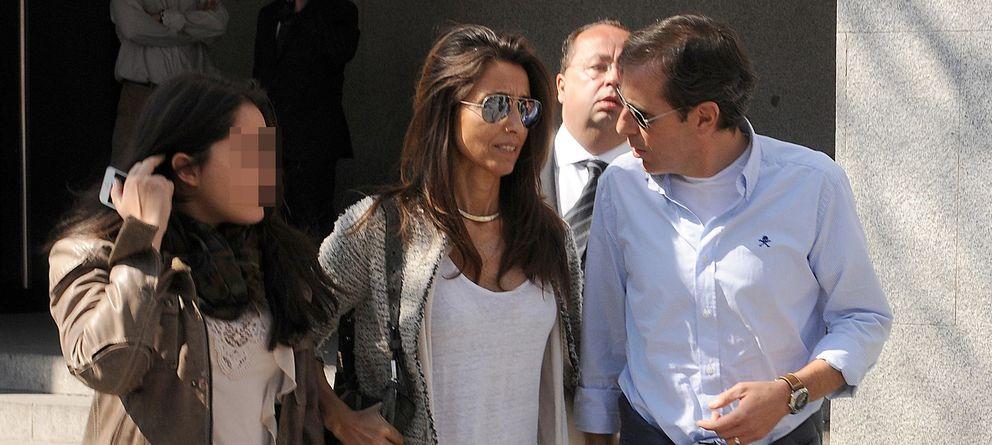 Foto: Paco González junto a su mujer Maite y su hija María a su salida de los juzgados de Móstoles