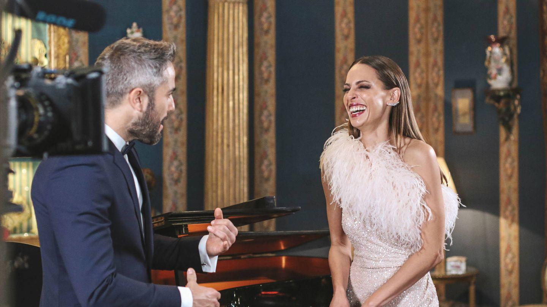 Roberto Leal y Eva González durante el rodaje en Liria. (Atresmedia)