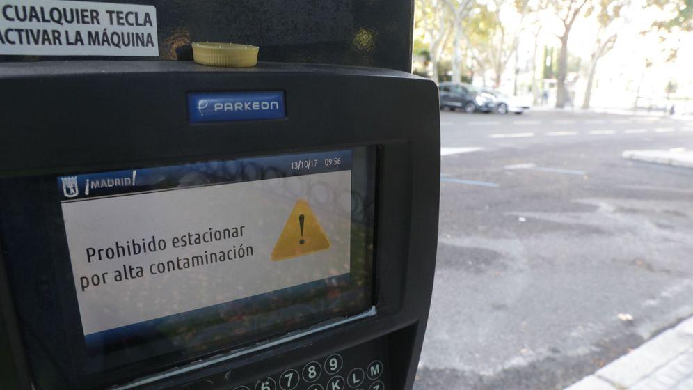 Foto: Detalle del mensaje que puede leerse en un parquímetro de la capital que indica la prohibición de estacionamiento. (EFE)