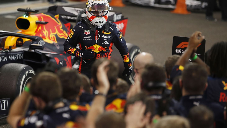 Max Verstappen celebra el triunfo con su equipo. (Reuters)