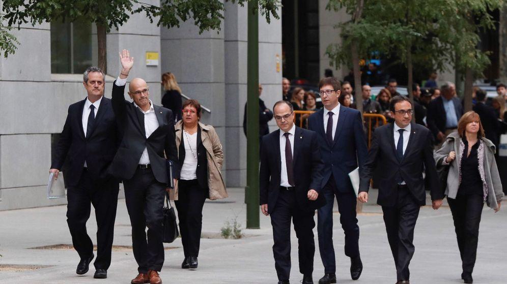 Foto: Los exmiembros del Govern (de izda. a dcha.) Joaquín Forn, Raül Romeva, Dolors Bassa, Jordi Turull, Josep Rull y Meritxell Borràs a su llegada a la sede de la Audiencia Nacional el 2 de octubre de 2017. (EFE)