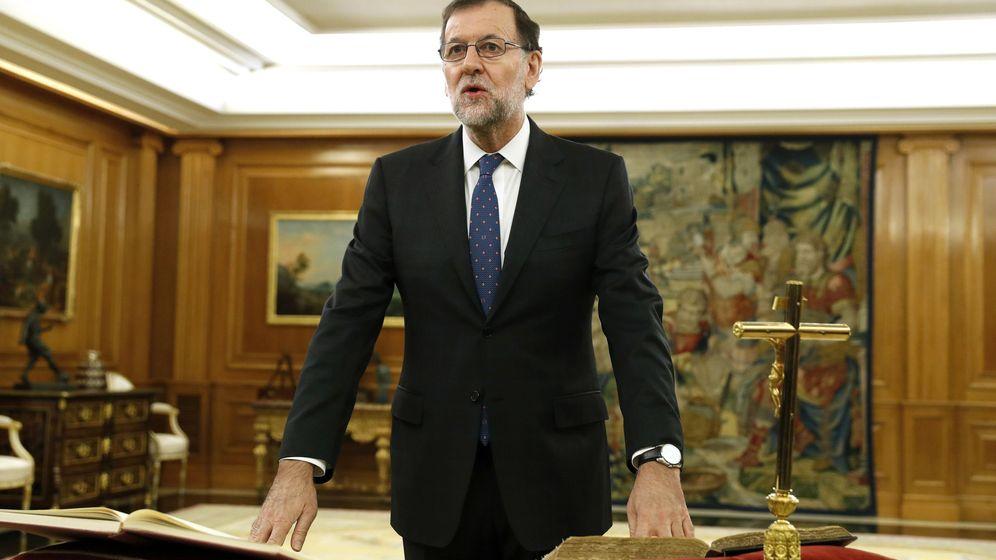 Foto: El reelegido presidente del Gobierno, Mariano Rajoy, jura el cargo ante el Rey. (Efe)