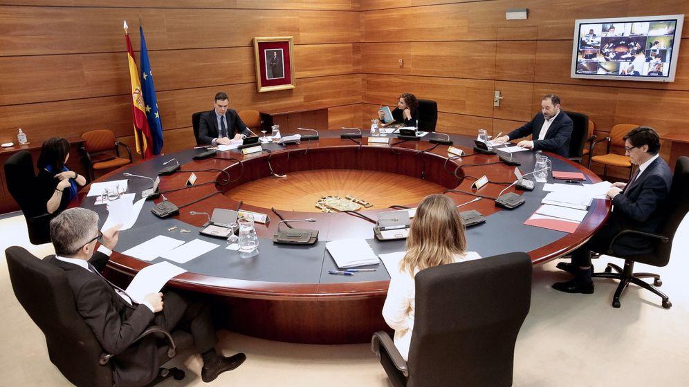 Foto: Pedro Sánchez y sus ministros, en un gabinete extraordinario. (EFE)