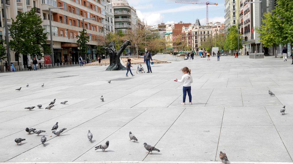 Foto: Una niña camina este lunes por la plaza de Felipe II, en Madrid. (EFE)